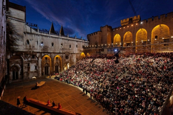 / actu / En 2018 le Festival d'Avignon et le Off débuteront le même jour : le vendredi 6 juillet !