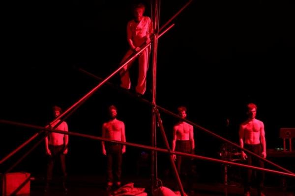 / crtitique / Guillaume Clayssen mène le cirque en bateau