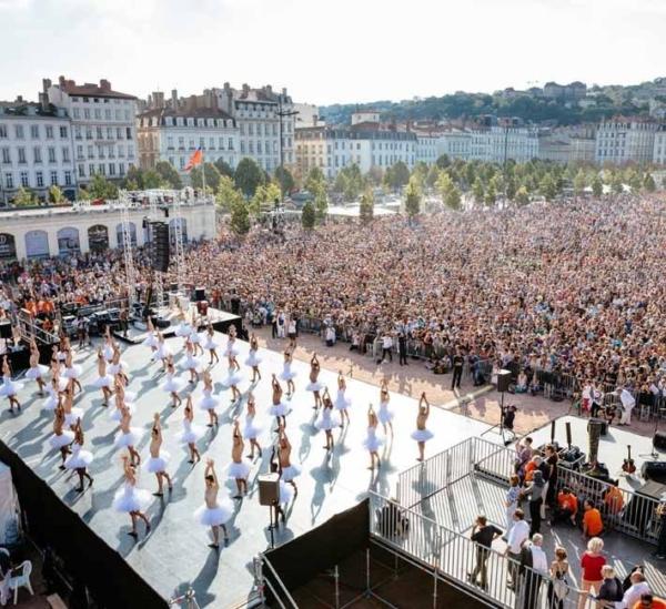 La 18ème Biennale de la danse de Lyon renoue avec son défilé dans les rues